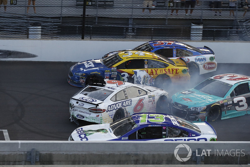 Trevor Bayne, Roush Fenway Racing Ford choca con Austin Dillon, Richard Childress Racing Chevrolet