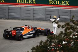 Fernando Alonso, McLaren, salue la foule après un problème mécanique