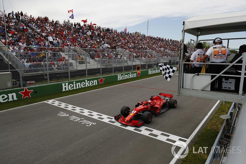 Sebastian Vettel, Ferrari SF71H, passe sous le drapeau à damier
