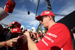 Kimi Raikkonen, Ferrari, firma autografi ai fan nella sessione autografi