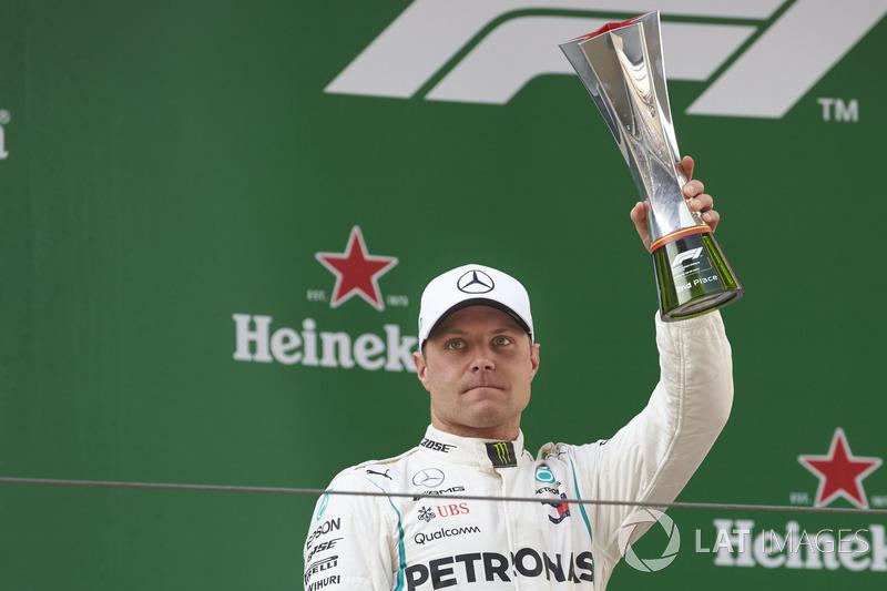 Le deuxième, Valtteri Bottas, Mercedes AMG F1, avec son trophée