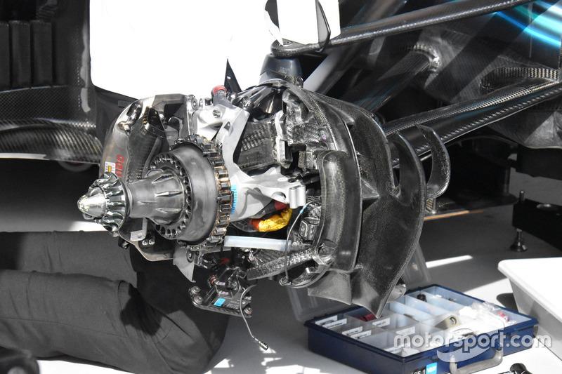 Mercedes AMG F1 W09, dettaglio del freno anteriore