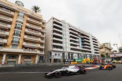 Sergey Sirotkin, Williams FW41, precede Stoffel Vandoorne, McLaren MCL33, Charles Leclerc, Sauber C37, Brendon Hartley, Toro Rosso STR13, e il resto del gruppo alla partenza
