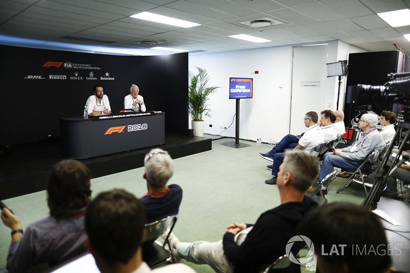 Matteo Bonciani, Delegato Media, FIA, e Charlie Whiting, Direttore Gara, FIA, nella conferenza stampa FIA del giovedì