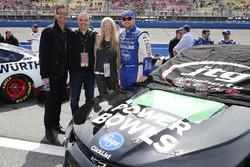 Chris Buescher, JTG Daugherty Racing, Chevrolet Camaro Healthy Choice Power Bowls con degli ospiti