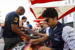 Lance Stroll, Williams Racing, firma autógrafos
