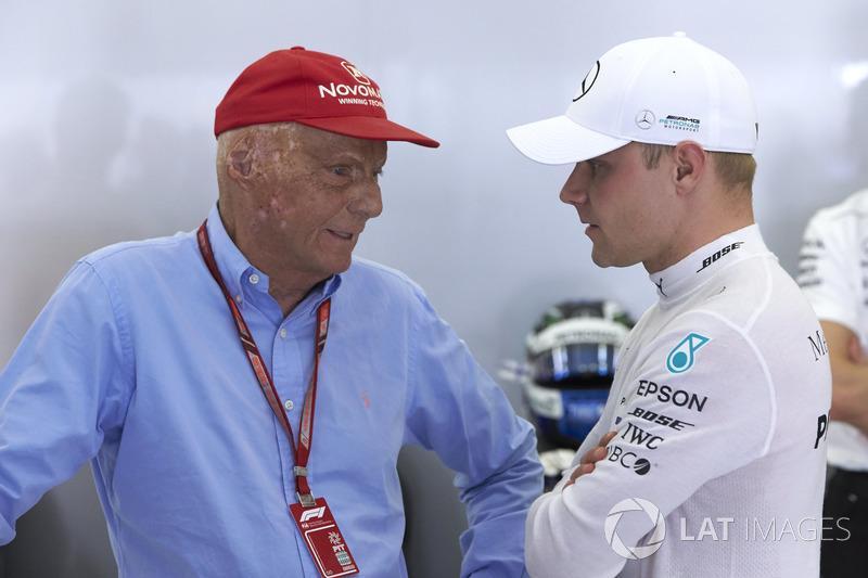 Niki Lauda, presidente no ejecutivo, Mercedes AMG, con Valtteri Bottas, Mercedes AMG F1