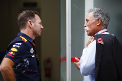 Christian Horner, Team Principal, Red Bull Racing, parla con Chase Carey, Chairman, Formula One