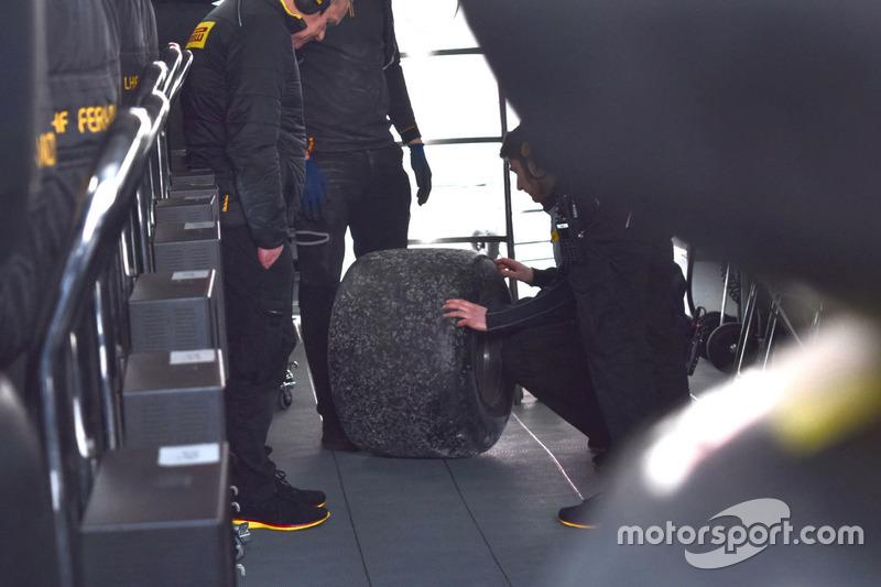 Инженеры Pirelli и McLaren изучают шину с автомобиля Фернандо Алонсо