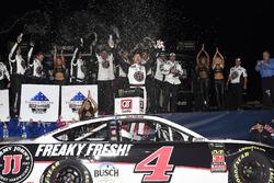 Kevin Harvick, Stewart-Haas Racing, Jimmy John's Ford Fusion, festeggia nella victory lane