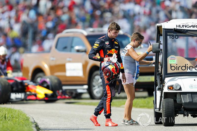 Max Verstappen, Red Bull Racing, vuelve a los boxes después de retirarse de la carrera