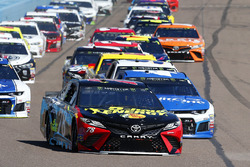 Martin Truex Jr., Furniture Row Racing, Toyota Camry 5-hour ENERGY/Bass Pro Shops y Kyle Larson, Chip Ganassi Racing, Chevrolet Camaro Credit One Bank