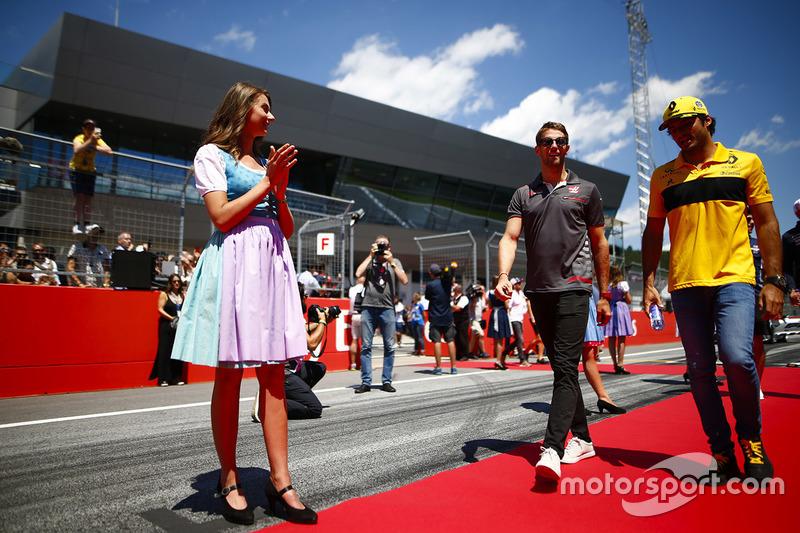 Grid kızları, Romain Grosjean, Haas F1 Team, and Carlos Sainz Jr., Renault Sport F1 Team