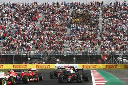 Alexander Rossi, Manor Marussia MR03, por delante de Kimi Raikkonen, Ferrari SF-15T, Fernando Alonso, McLaren MP4-30, Jenson Button, McLaren MP4-30, y Will Stevens, Manor Marussia MR03
