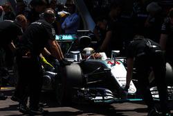 Lewis Hamilton, Mercedes AMG F1 W07 Hybrid en los pits