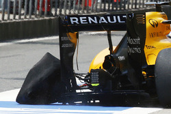 Kevin Magnussen (DEN) Renault Sport F1 Team RS16 returns to the pits with a punctured rear left Pire