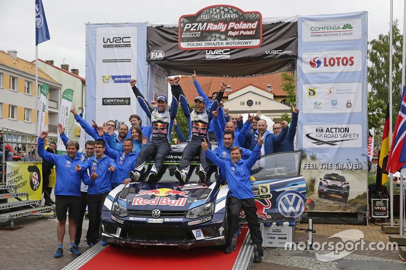 I vincitori Andreas Mikkelsen, Anders Jäger, Volkswagen Polo WRC, Volkswagen Motorsport con il team