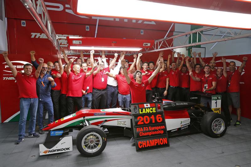 Cámpeon 2016 Lance Stroll, Prema Powerteam Dallara F312 – Mercedes-Benz celebr con el equipo