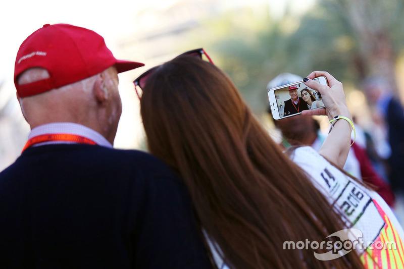 Niki Lauda, Mercedes Non-Executive Chairman with a fan