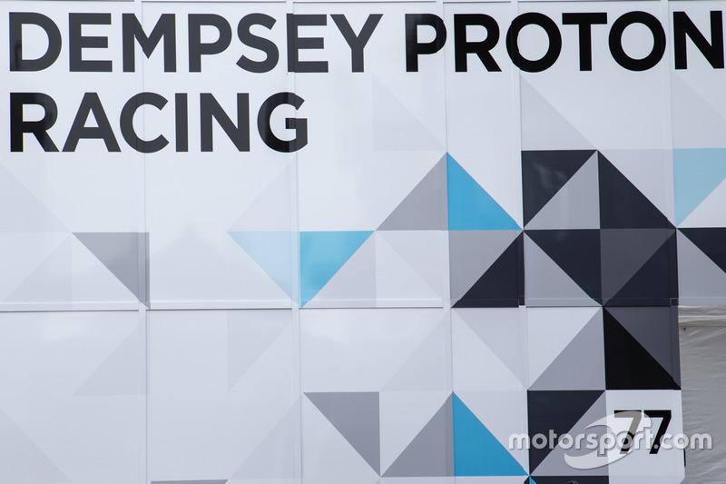 Вантажівка та лого Dempsey Proton Competition