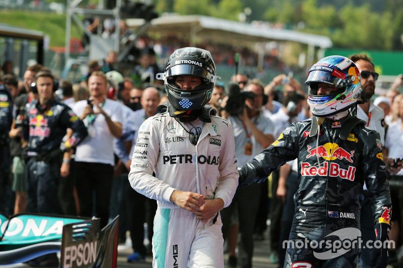 (Da sx a dx): il vincitore della gara Nico Rosberg, Mercedes AMG F1 e il secondo classificato Daniel Ricciardo, Red Bull Racing nel parco chiuso