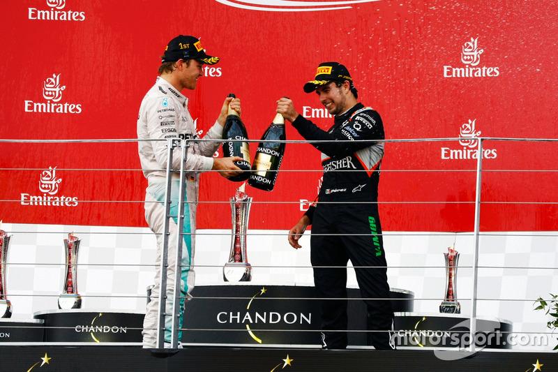 Nico Rosberg, junto a Sergio Pérez en Baku
