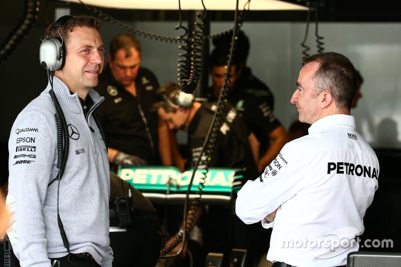 Исполнительный (технический) директор Mercedes AMG F1 Падди Лоу (справа)