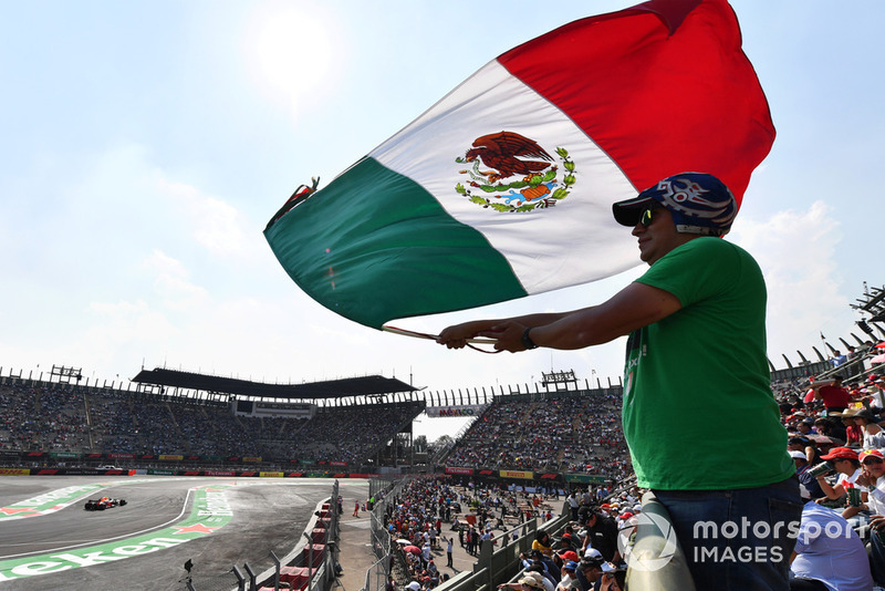 Max Verstappen, Red Bull Racing RB14 and fan with Mexican flag