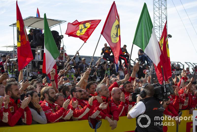 Les mécaniciens Ferrari dans le parc fermé