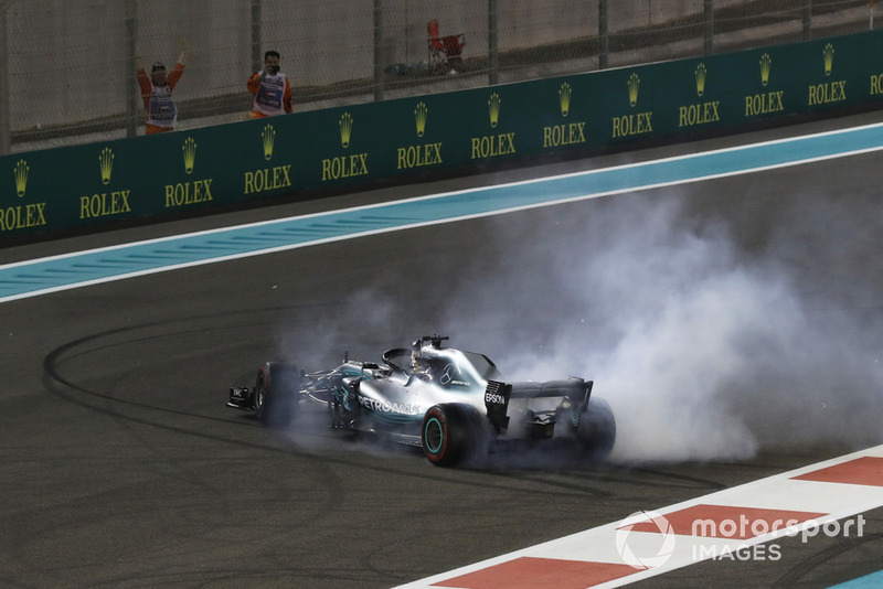 Le vainqueur Lewis Hamilton, Mercedes-AMG F1 W09 fête sa victoire avec des donuts