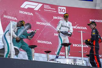 Lewis Hamilton, Mercedes AMG F1, Matt Deane, Chief Mechanic Mercedes AMG F1, Valtteri Bottas, Mercedes AMG F1, e Max Verstappen, Red Bull Racing, festeggiano sul podio con lo champagne