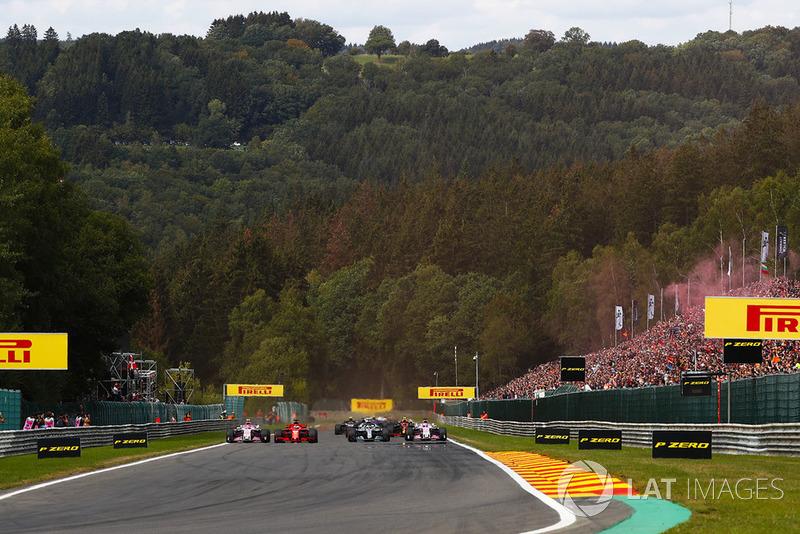 Sebastian Vettel, Ferrari SF71H, adelanta a Lewis Hamilton, Mercedes AMG F1 W09, en la salida, Esteban Ocon, Racing Point Force India VJM11, y Sergio Perez, Racing Point Force India VJM11
