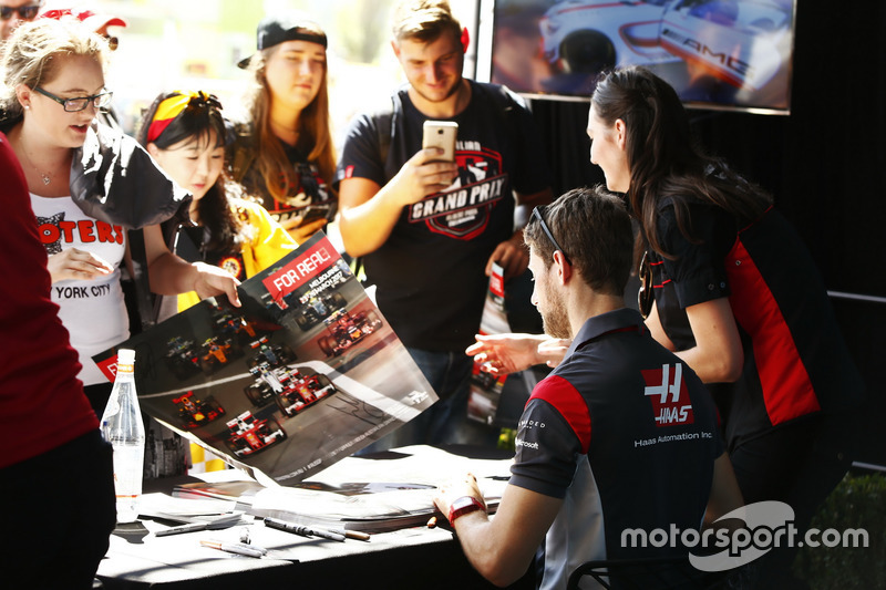 Romain Grosjean, Haas F1 Team, schreibt Autogramme