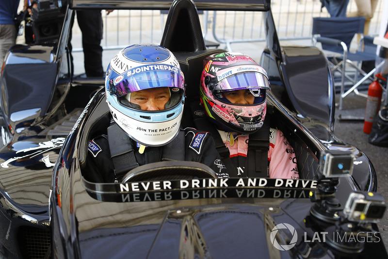 Mika Hakkinen lleva a Sergio Pérez, Force India a un paseo