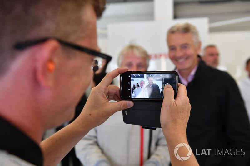 Kevin Eason, F1 Experiences coche de 2 plazas y Tony Gardine, en una cámara de teléfono