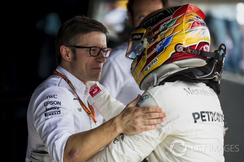 Peter Bonnington, ingeniero de carrera de Mercedes AMG F1, con Lewis Hamilton, Mercedes AMG F1