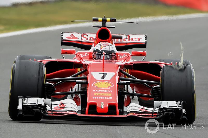 Kimi Raikkonen, Ferrari SF70H, con un pinchazo