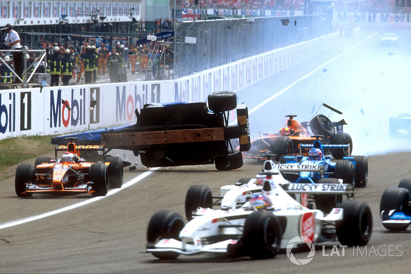 Luciano Burti, Prost AP04, después de chocar contra la parte trasera de la Ferrari de Michael Schuma