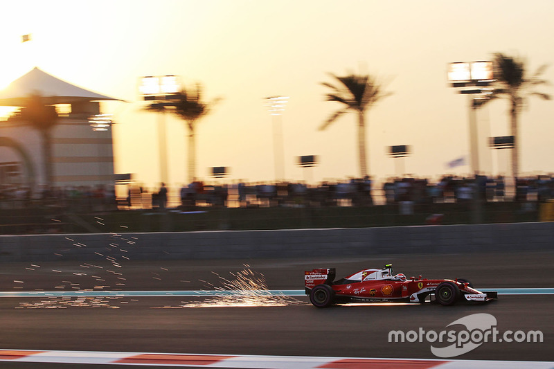 Kimi Raikkonen, Ferrari SF16-H  sacando chispas