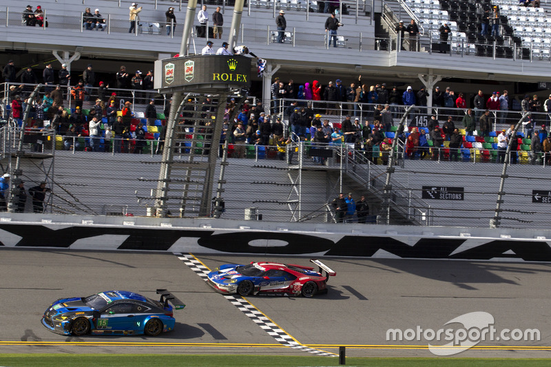 Bandera a cuadros para #66 Ford Performance Chip Ganassi Racing Ford GT: Joey Hand, Dirk Müller, Séb