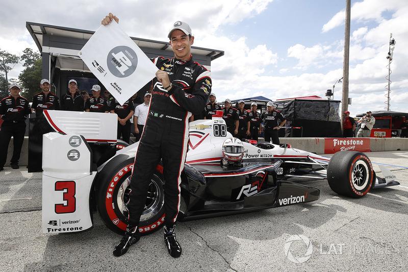 Ganador de la pole Helio Castroneves, Team Penske Chevrolet celebra su pole position número 50 con la bandera de P1