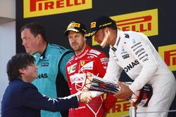 ganador, Lewis Hamilton, Mercedes AMG F1 con el segundo lugar, Sebastian Vettel, Ferrari