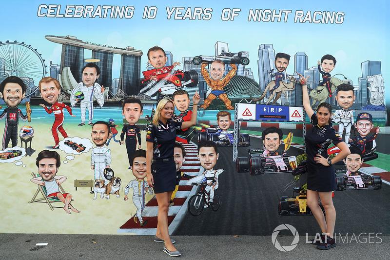 Дівчата Red Bull Racing біля муралу