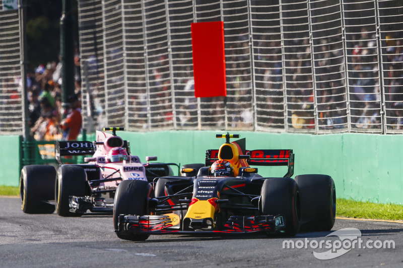 Max Verstappen, Red Bull Racing, RB13; Esteban Ocon, Force India, VJM10