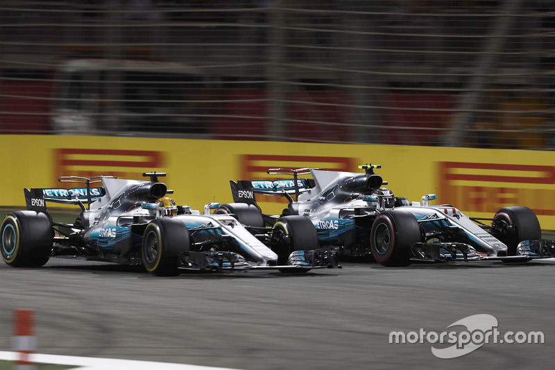 Lewis Hamilton, Mercedes AMG F1 W08, pasa a Valtteri Bottas, Mercedes AMG F1 W08