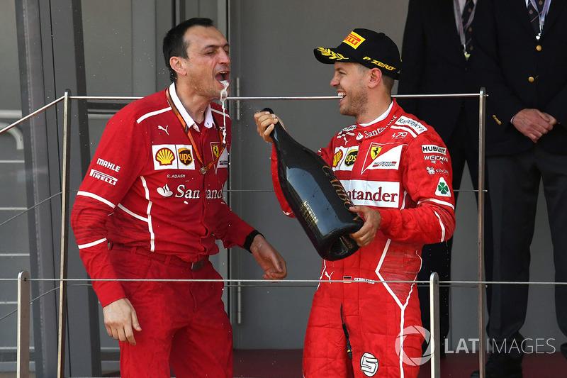 Переможець Себастьян Феттель, Ferrari та Ріккардо Адамі, гоночний інженер Ferrari