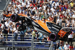The McLaren MCL32 of Stoffel Vandoorne is removed after his crash
