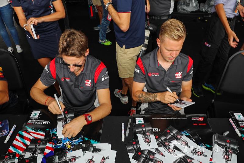 Ромен Грожан, Кевін Магнуссен, Haas F1 Team, роздають автографи