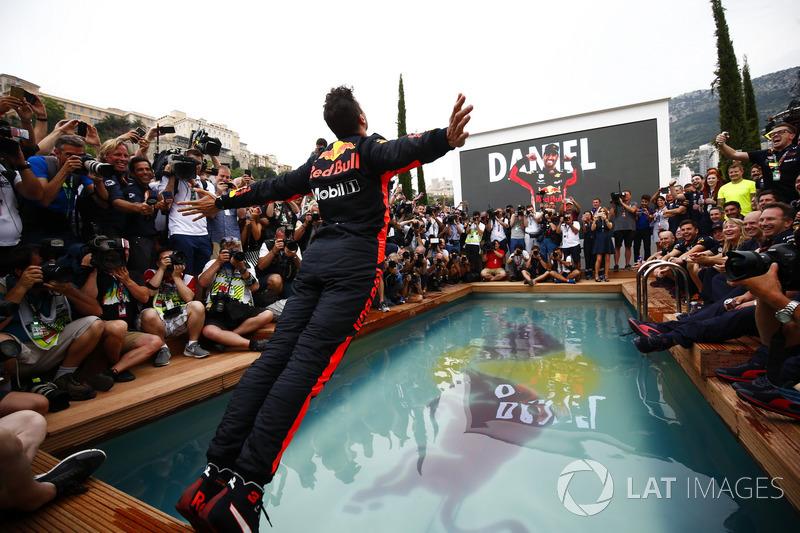 Daniel Ricciardo, Red Bull Racing, si tuffa nella piscina della Red Bull Energy Station