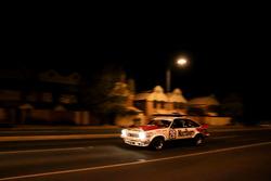Une voiture de tourisme Holden dans les rues d'Adélaïde